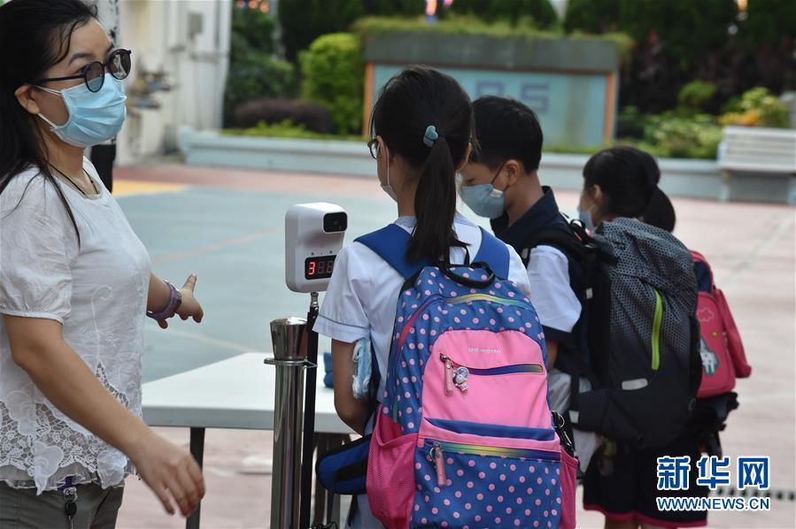 """(港澳台·图文互动)(4)特写:""""上学好开心""""——香港在防疫常态化下迎接新学年"""