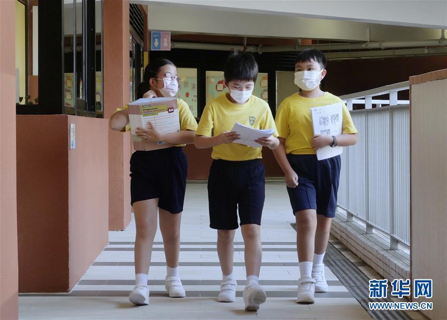 """(港澳台·图文互动)(10)特写:""""上学好开心""""——香港在防疫常态化下迎接新学年"""