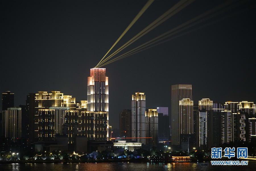 (图文互动)(1)武汉25公里大型灯光秀深情告白祖国