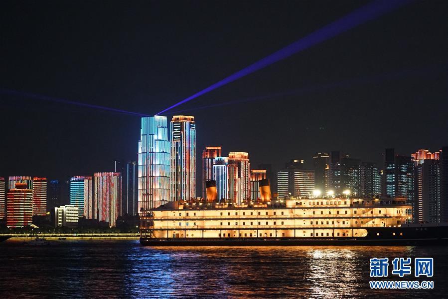 (图文互动)(6)武汉25公里大型灯光秀深情告白祖国