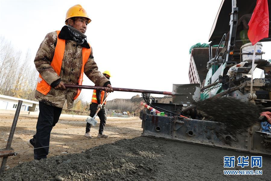 青海马康公路进入路面施工阶段