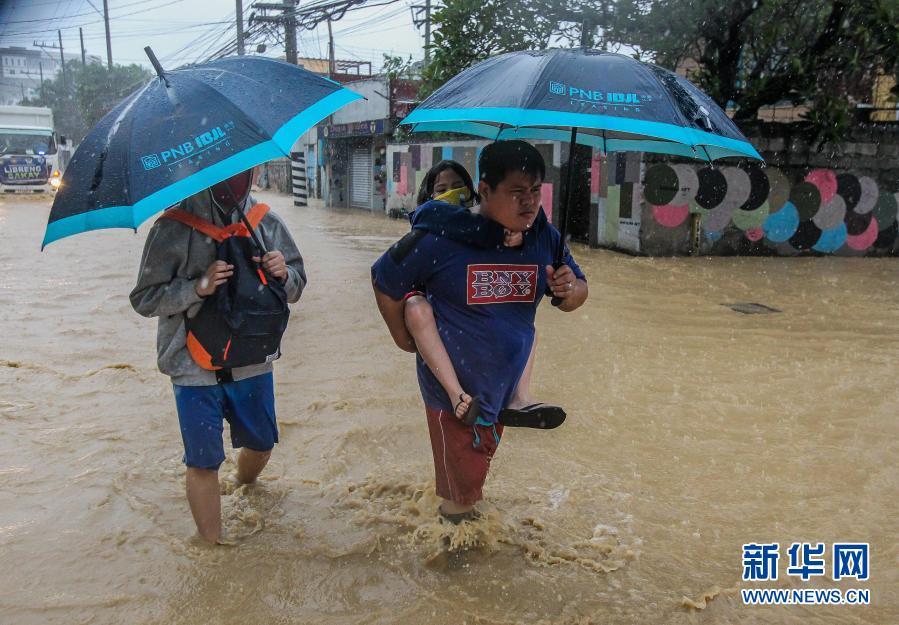 """台风""""环高""""侵袭菲律宾"""