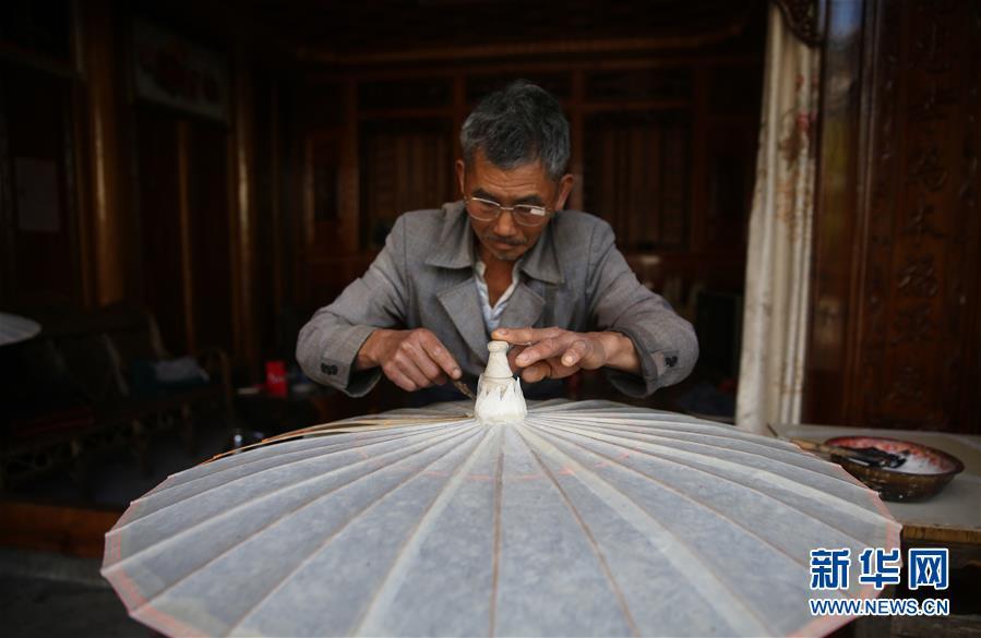 云南腾冲:百年油纸伞 焕发新生机