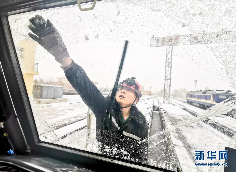 内蒙古赤峰:雪中保畅通