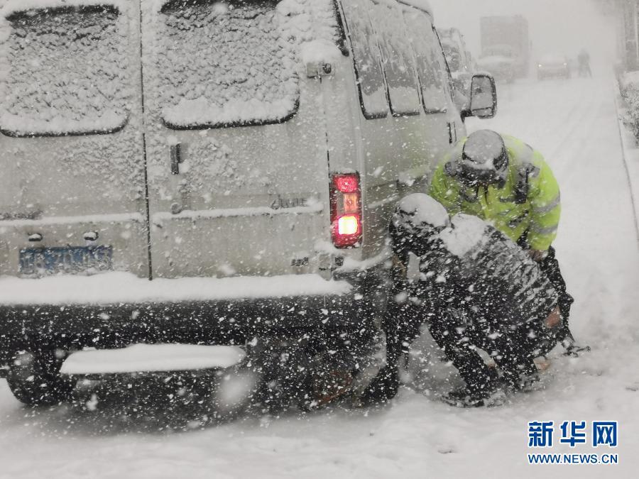 大连:雪天守一线 保出行平安