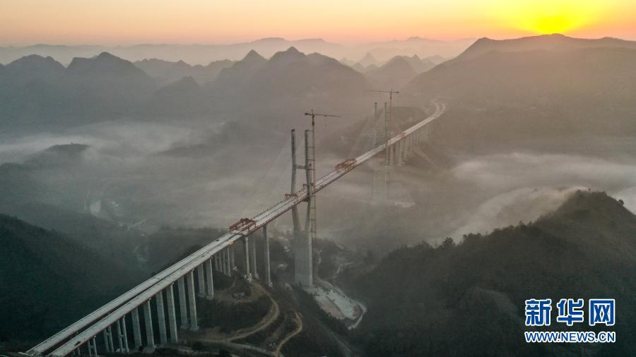 贵州都安高速云雾大桥成功合龙