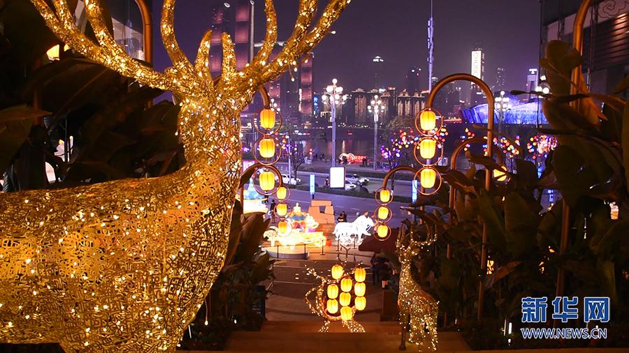 就地赏灯迎新年 看自贡彩灯绽放山城老街