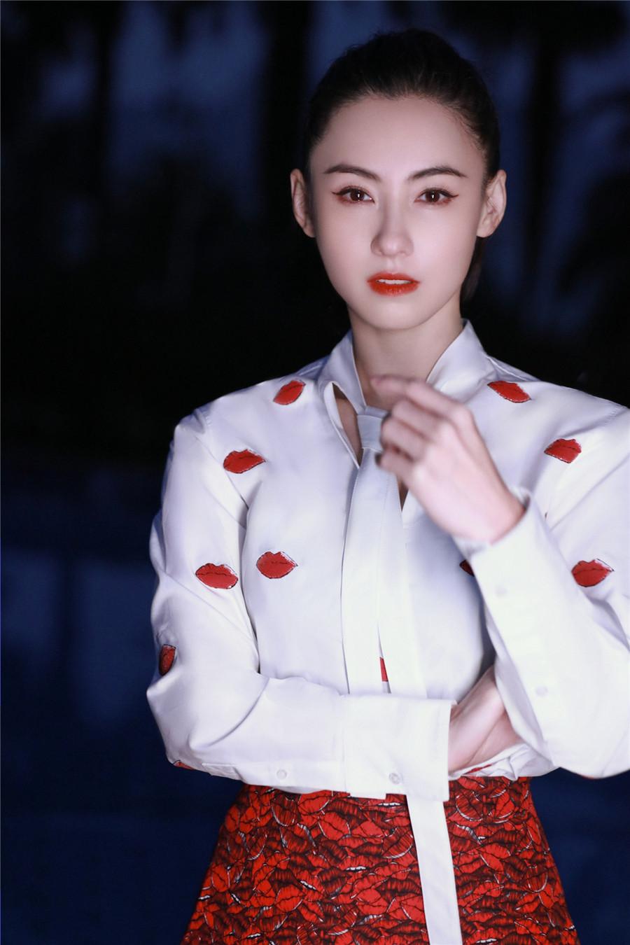 张柏芝红色大衣优雅喜庆贺新年