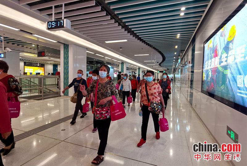 深圳广培社区组织老人乘地铁游民法公园