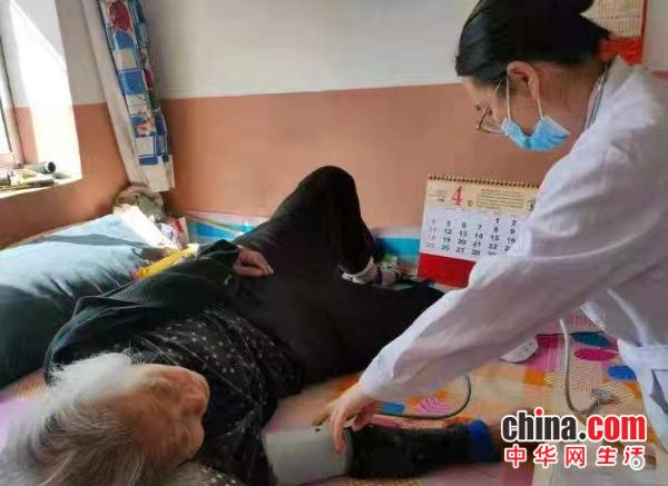 山东威海葛家中心卫生院家庭医生团队上门为百姓服务