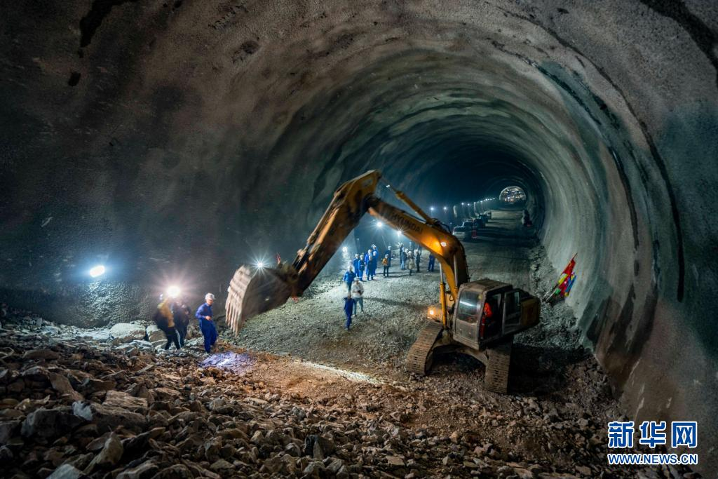 郑万高铁高家坪隧道贯通
