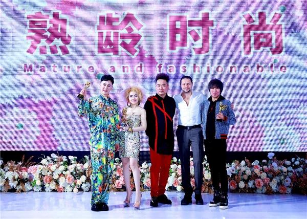 """中国大妈扔王炸 """"熟龄时尚""""引领新风向"""