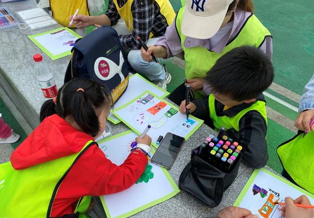 """彭州市机关幼儿园开展""""爱在春天,亲子共游""""徒步旅行活动"""
