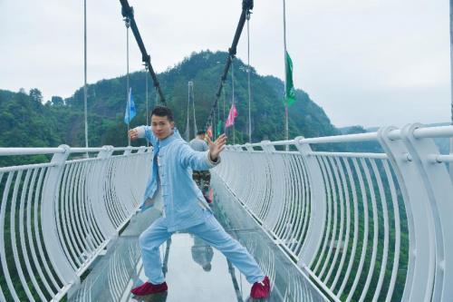 世界五连冠武术冠军谢德胜现场体验南江大峡谷云渡天桥云海漂流
