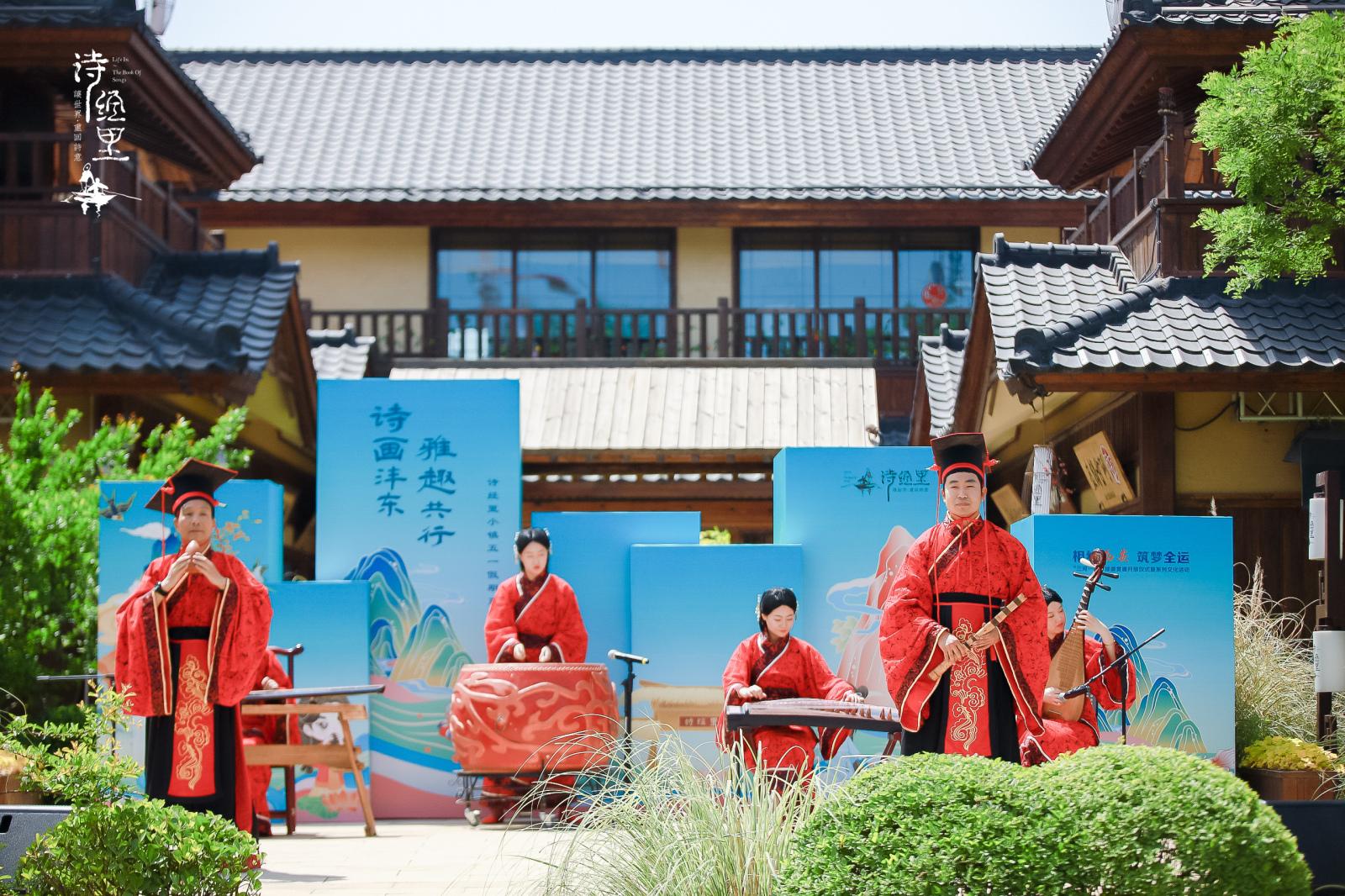 灼灼花颜映五一 游客在诗经里小镇与雅趣共行