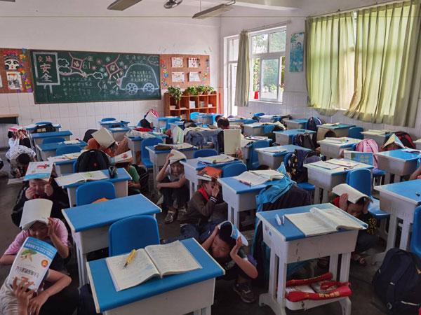 崇州市道明学校举行防震疏散演练