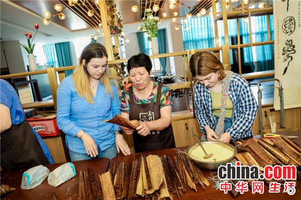 包粽子、做香囊……宁波这所高校留学生和地方文艺家们共迎端午