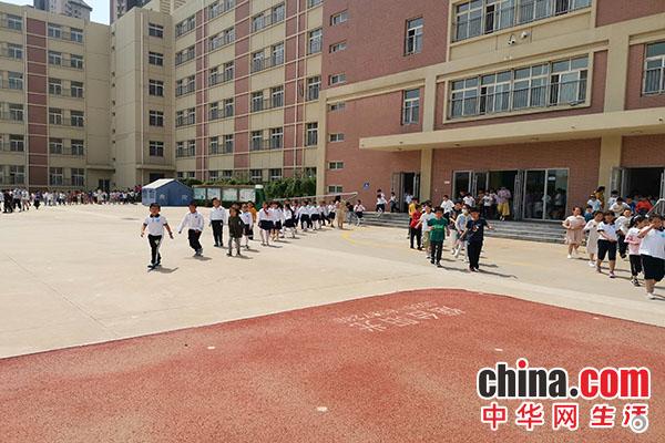 烟台开发区第三小学开展防踩踏演练活动