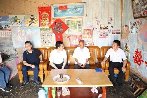 中国银行东营分行党委委员、纪委书记王问休带队走访慰问帮扶村老党员