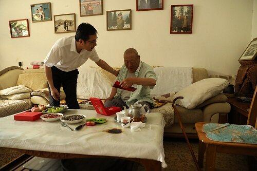 中国银行东营分行党委开展困难党员老党员走访慰问活动