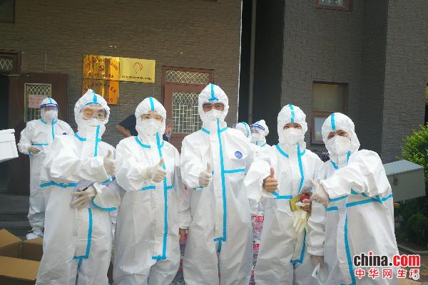 烟台开发区金城小学教师奔赴抗疫一线协助核酸检测工作