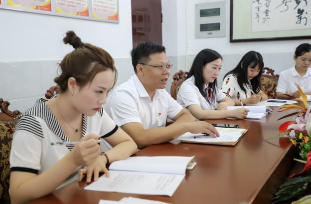 彭州市天府路小学召开2021—2022学年度科研工作会