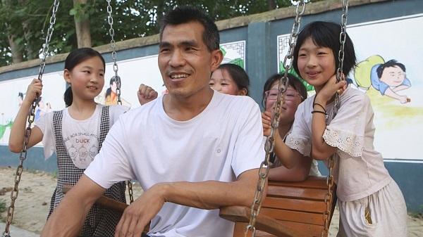 """""""80后白发校长""""张鹏程:我坚信农村的孩子不会比城市差"""