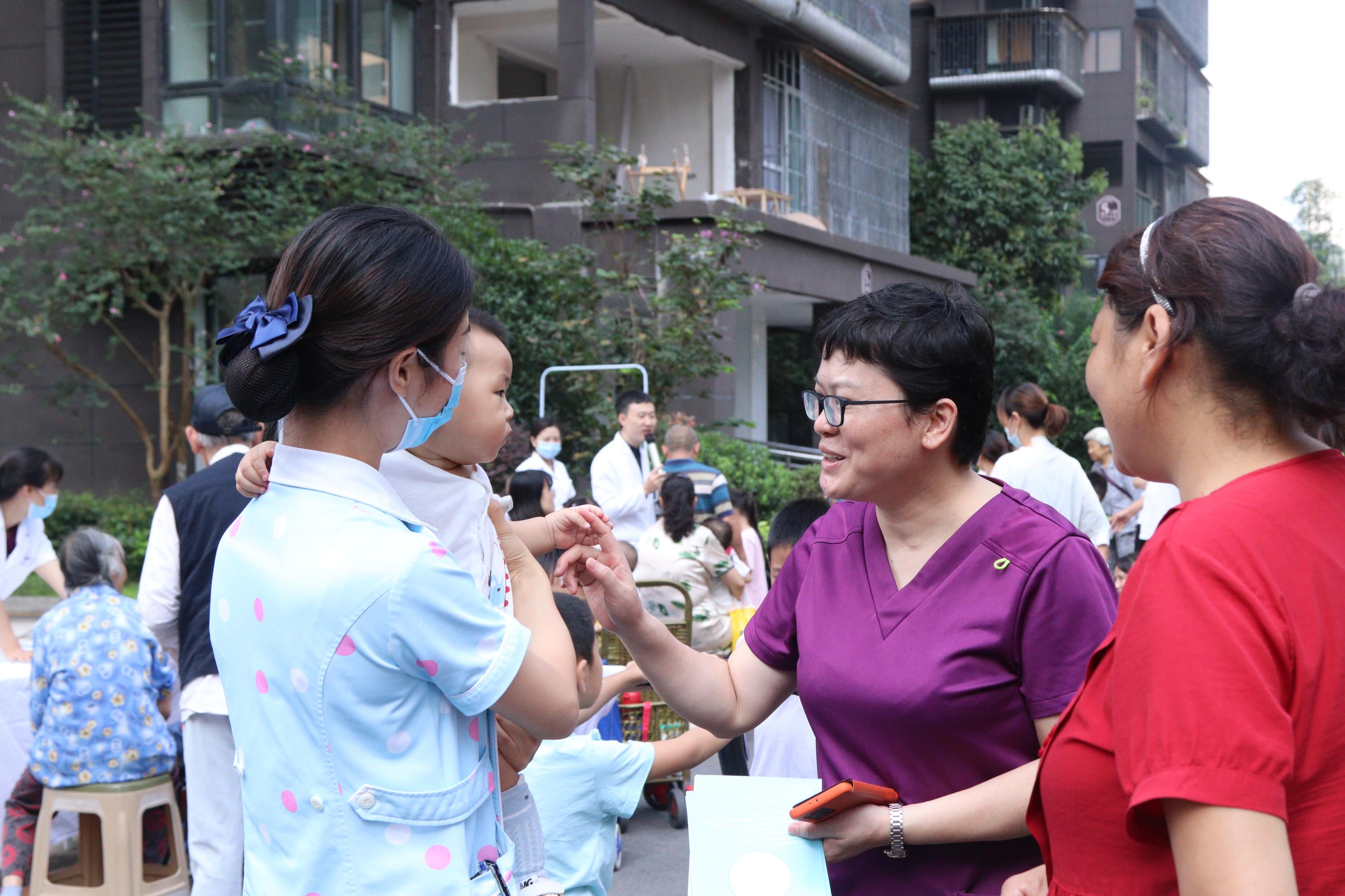 泸州领秀新城妇女儿童服务站成立并开展送健康公益活动