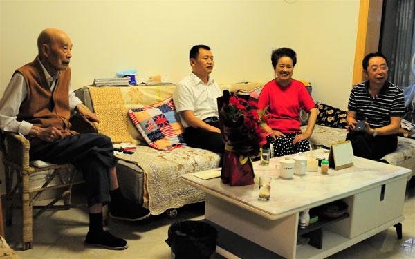 崇州市崇庆中学校长高强中秋节前看望百岁老教师