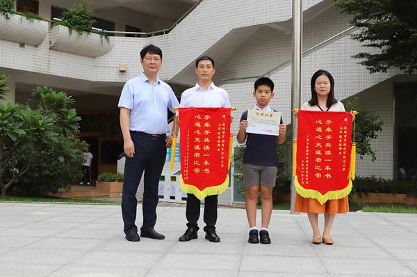 深圳百仕达小学师生向广西隆林实验小学捐赠书籍