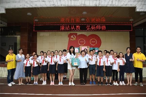 """""""金嗓子""""高歌猛进,连续二十七年情系教师节慰问暖人心"""