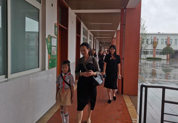 彭州市小学英语集体视导暨中心组工作会在彭州中学附属小学召开