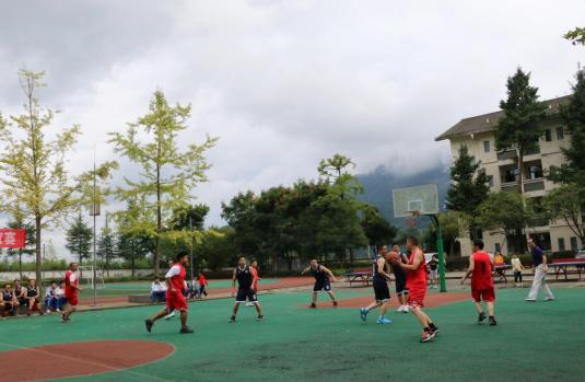 加强校际交流,共谋教育发展——彭州市龙门山学校与敖平中学教职工篮球友谊赛