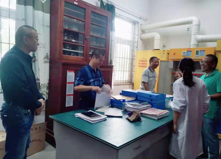 彭州市教育局电教馆到北君平中学开展教育装备及危化品安全检查