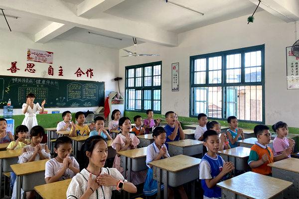 许秋萍:万元爱心善款捐给新宁重症小学生