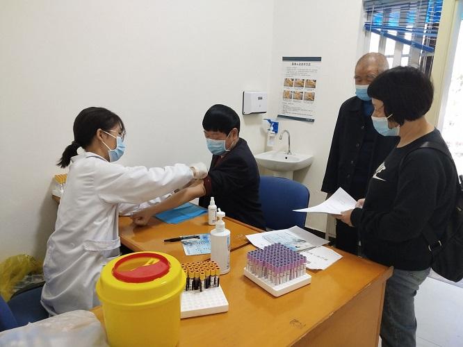 金堂县第二人民医院对全院79名退休职工进行免费健康体检