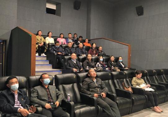 彭州中学实验学校组织党员干部和优秀党员集体观看红色电影
