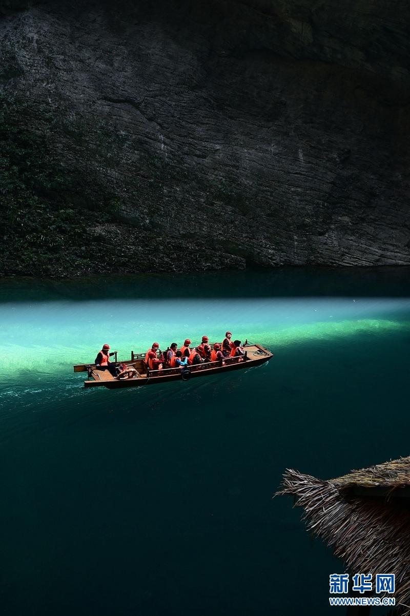 湖北屏山:峡谷圣境舟悬浮