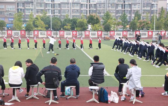彭州市紧缺学科教师(体育)培训观摩课在延秀小学总部操场开课