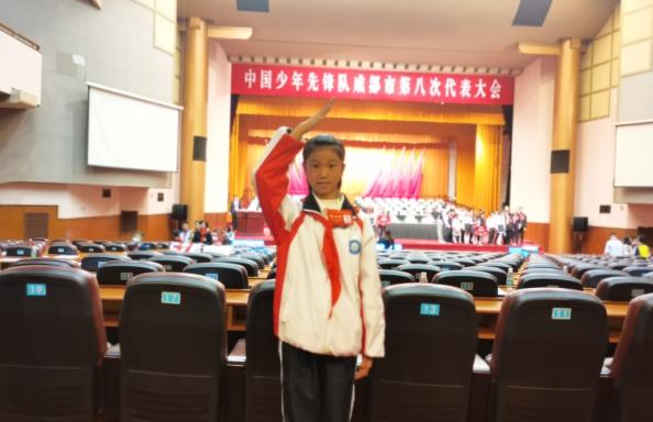 彭州市隆丰中学七(1)班欧阳紫琳同学参加成都市第八次少代会