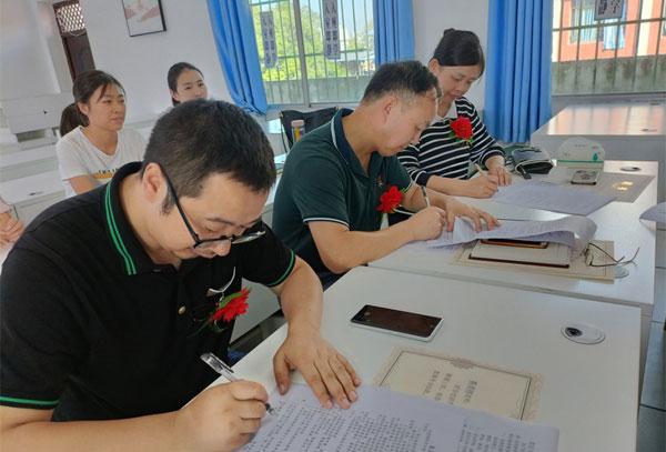 """仁寿县龙正中学举行2021年""""青蓝工程""""拜师结对仪式"""