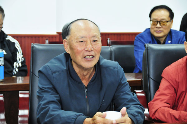 崇州市蜀城中学召开重阳节退休教职工座谈会