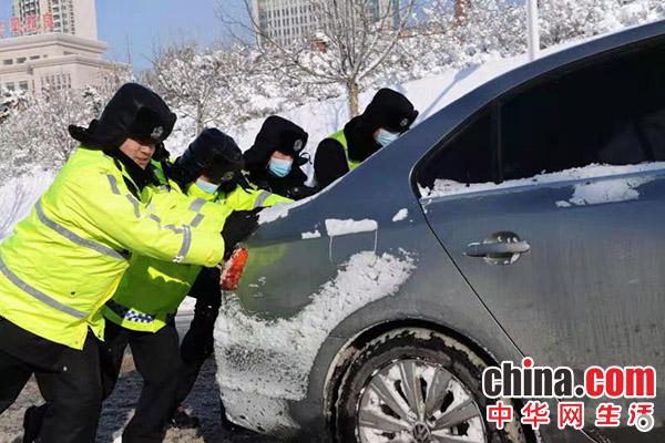 山东烟台:不畏严寒 全力做好雪天交通疏导工作