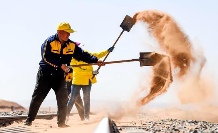 大漠铁路治沙工