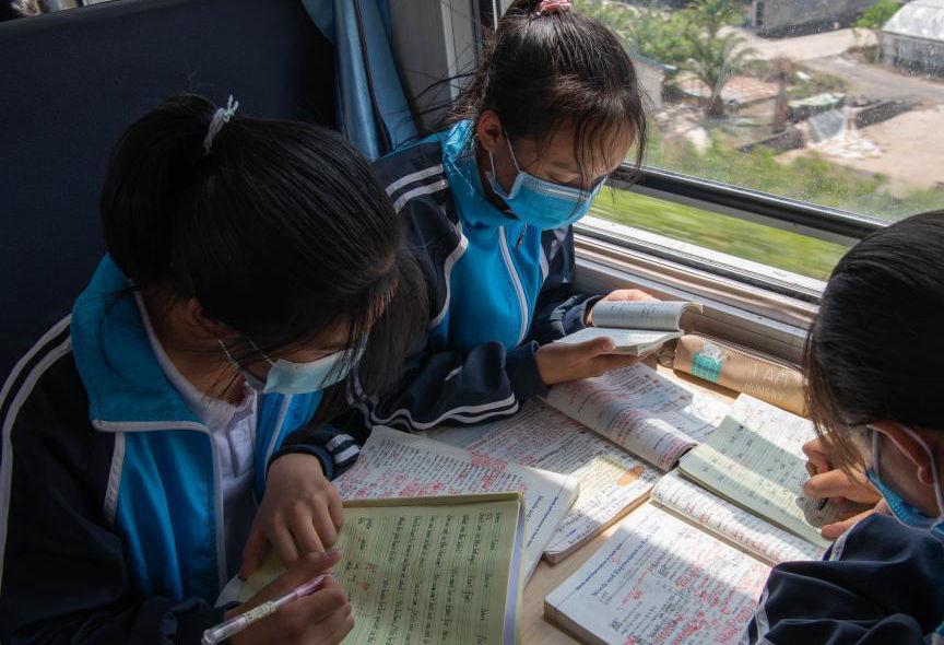 """大凉山""""慢火车""""上的求学路"""