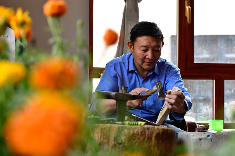 镜观中国丨格桑花盛开 幸福生活来