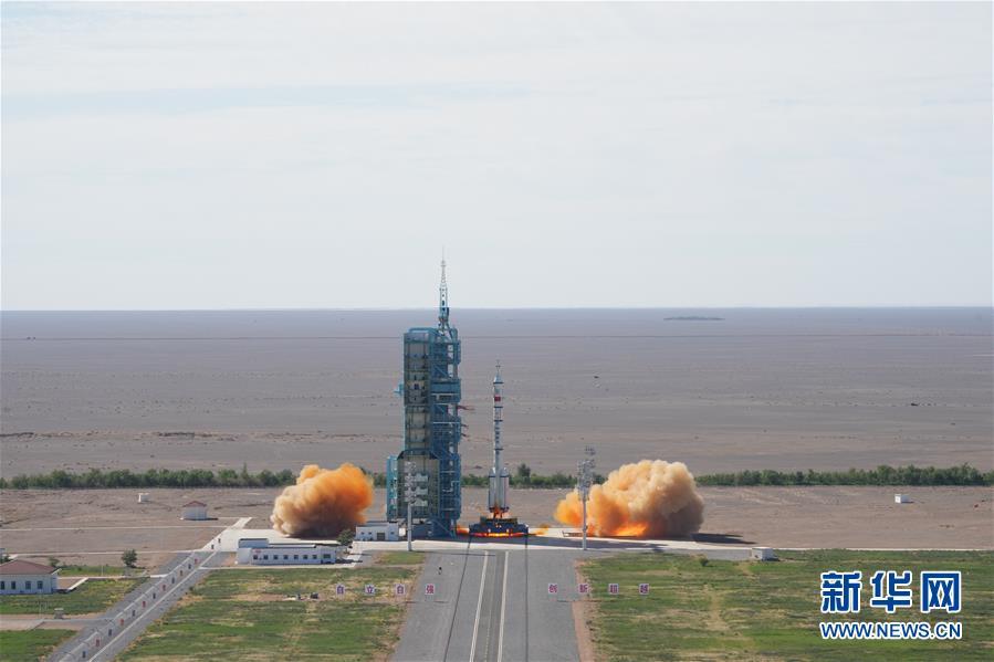 搭载神舟十二号载人飞船的长征二号F遥十二运载火箭点火发射
