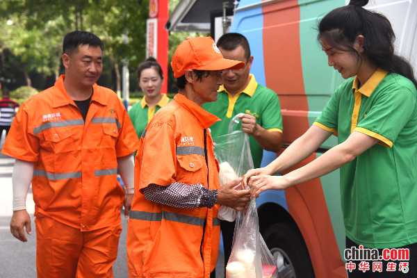 爱心企业到烟台莱山区看望慰问高温下工作的一线环卫工人