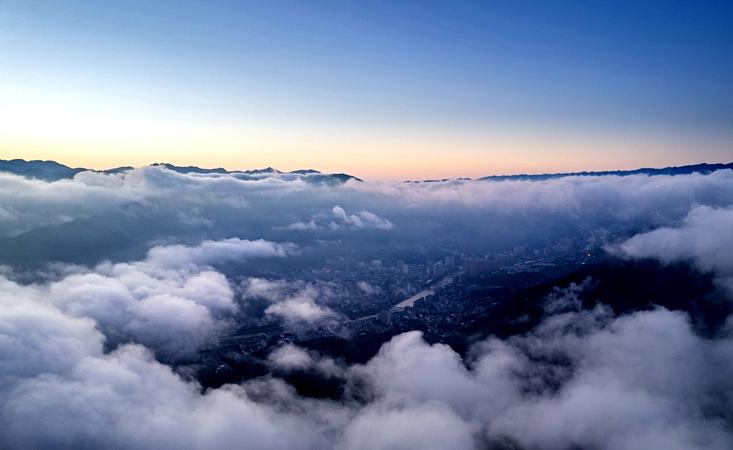 云海瞰荆山 水墨山城入画来