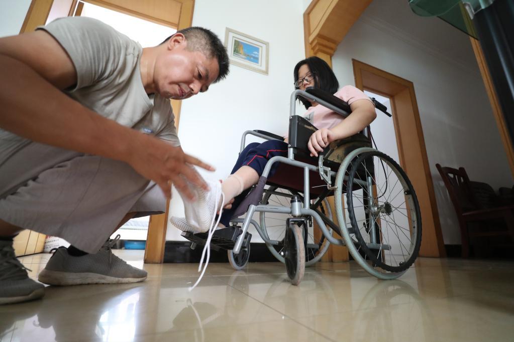 """""""轮椅女孩""""圆梦大学,父女开启""""大学生活"""""""